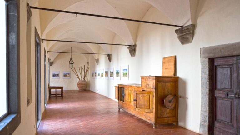 Italian Tuscan exclusive wine tour - Enter the owners Villa inside the Abbe