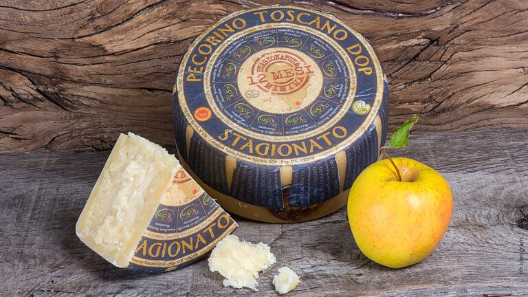 Food Tour in Tuscany to taste the more seasoned and refined Pecorino cheese